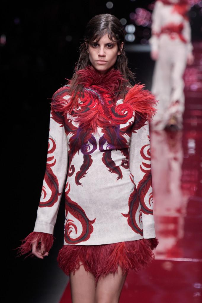Dominio di colori terrosi, come il rosso mattone, e fantasie geometriche e simmetriche su abiti e cappotti