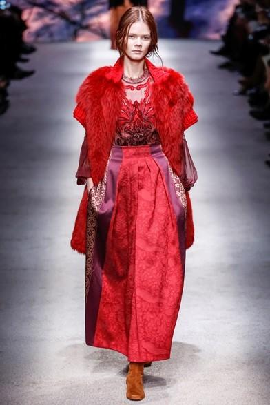 La pelliccia smanicata diventa rossa, come il resto dell'abito