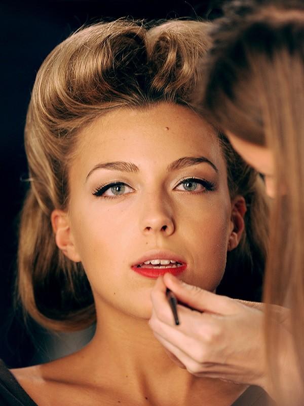 Make up artist al lavoro