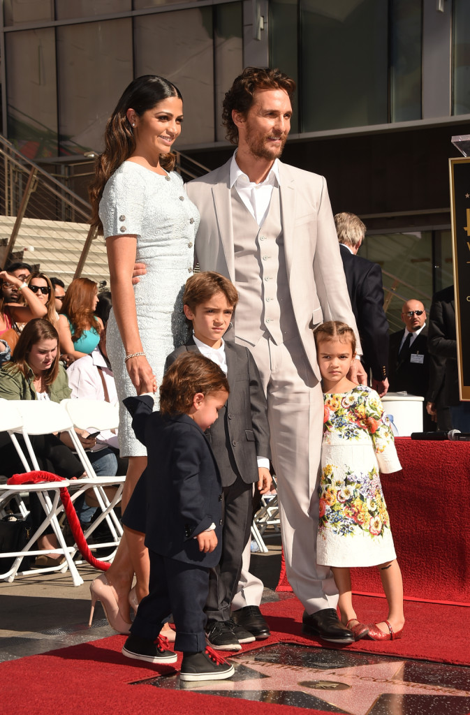 Matthew McConaughey sulla Walk of Fame con la moglie Camila Alves e i figli