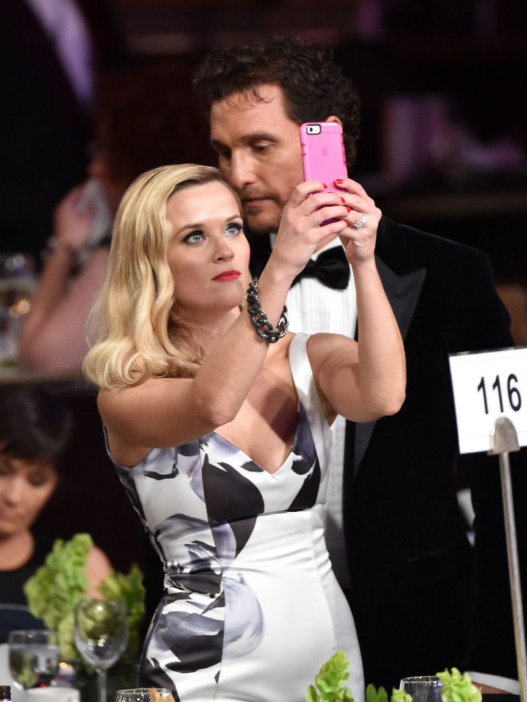 Il selfie di Matthew McConaughey con Reese Witherspoon all'American Cinematheque Award