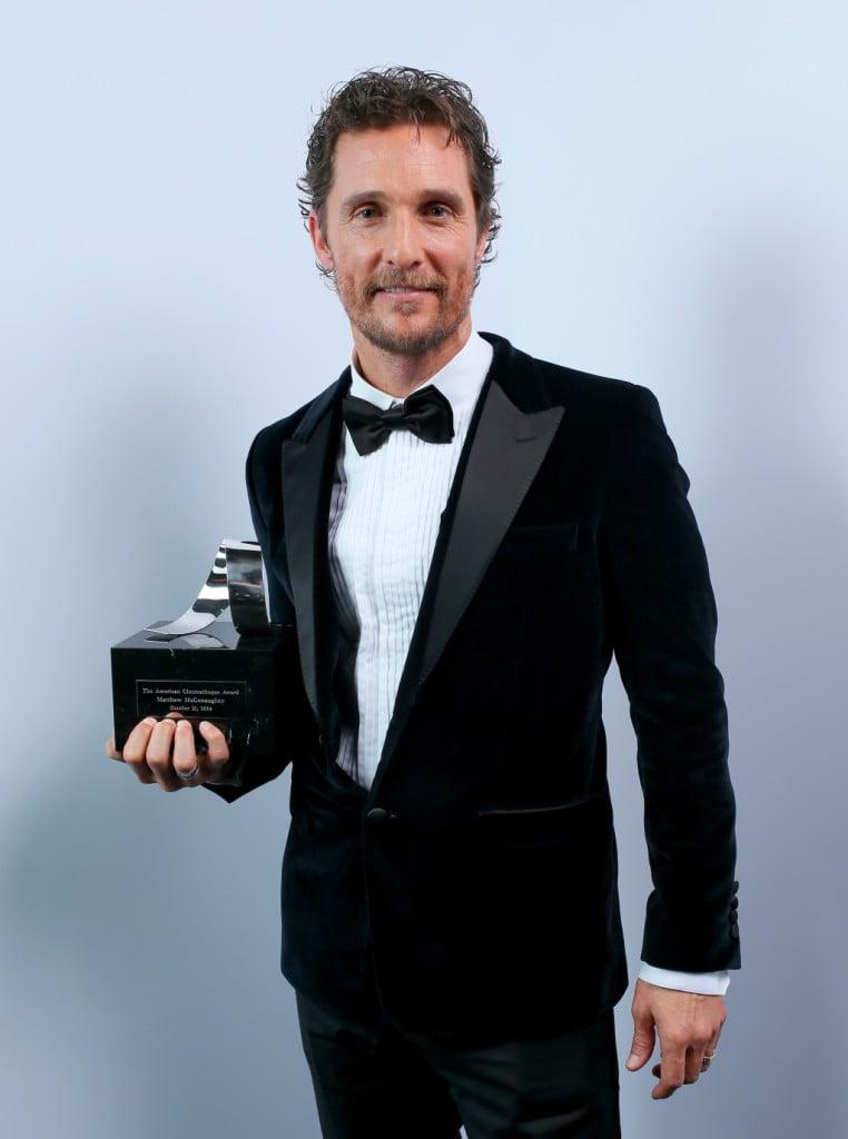 Matthew McConaughey posa dopo la premiazione all'American Cinematheque Award