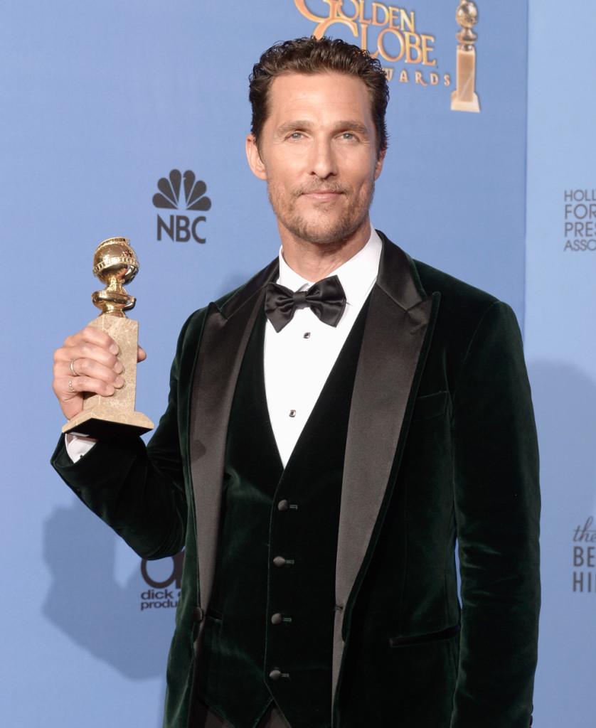 Matthew McConaughey mostra il Golden Globe vinto alla 71esima edizione dei premi a Los Angeles per Dallas Buyers Club