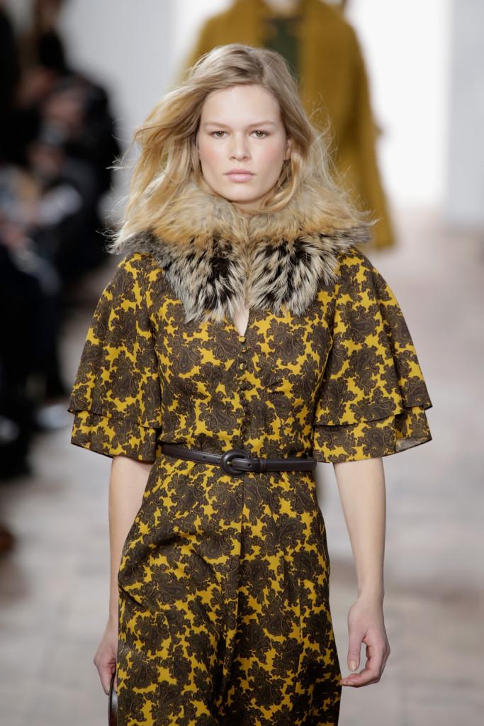 Abitini sottoveste in maglia di cashmire abbinati a visoni villosi ispirati alla moglie di John John Kennedy