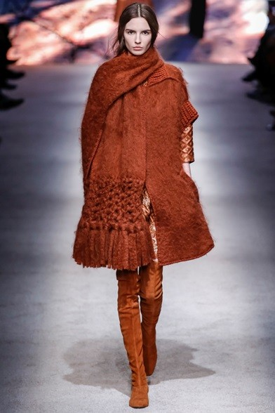 Sciarpa oversize marrone bruciato sull'abito dello stesso colore