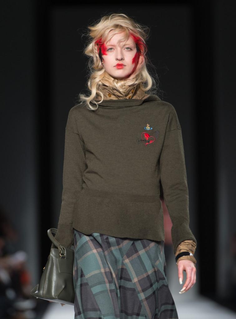 Gonna scozzese abbinata a maglione color kaki