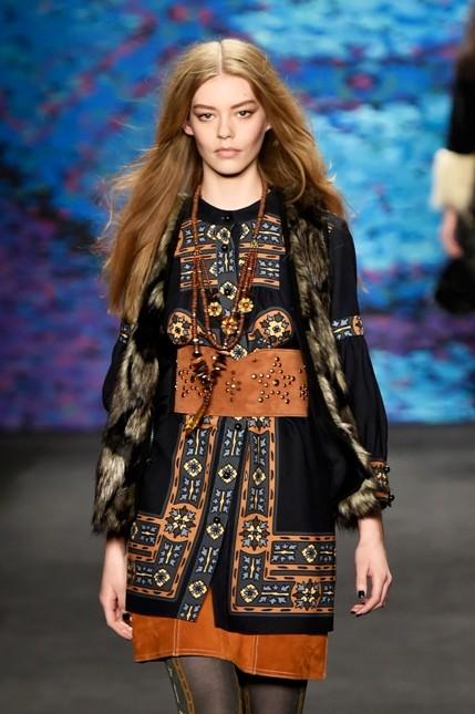 Anna Sui abito vintage con collana lunga