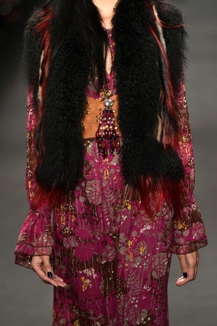 Anna Sui abito fucsia con dettagli floreali