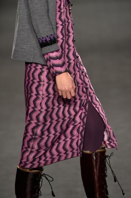 Anna Sui abito viola indossato con stivali alti