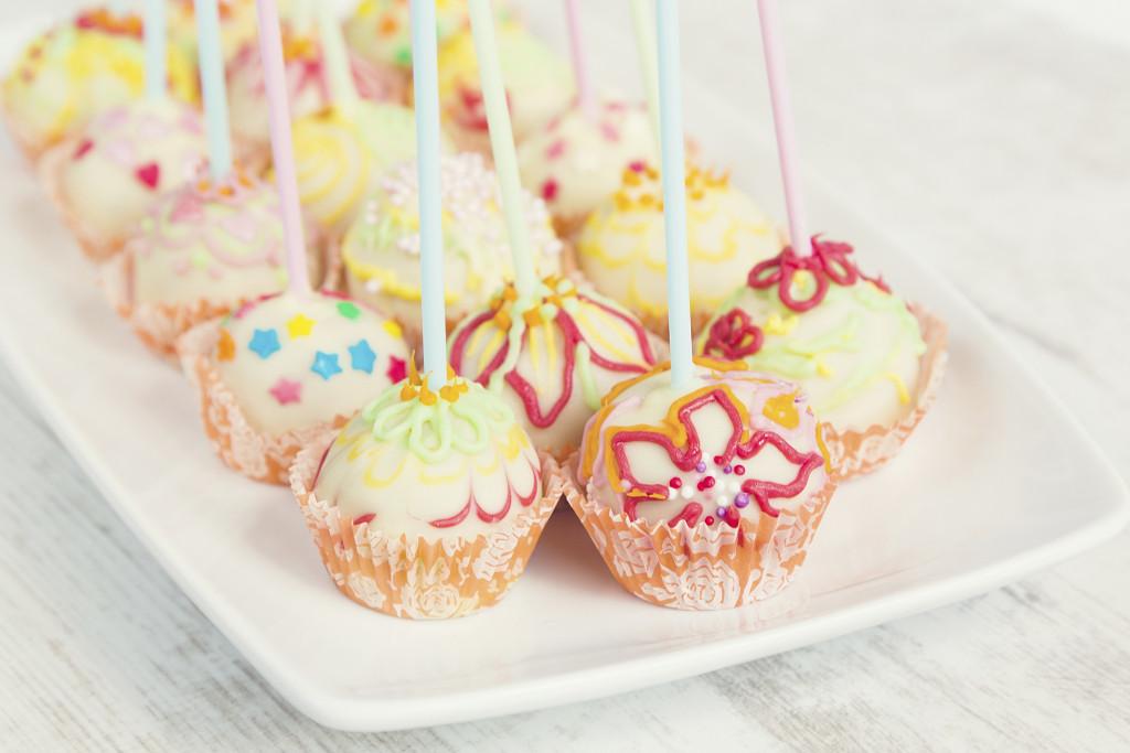 Dolcetti colorati e decorati con pasta di zucchero sono perfetti per un baby shower