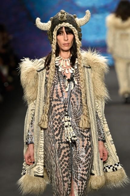 Anna Sui abito sulle tonalità del bianco con pelliccia lunga