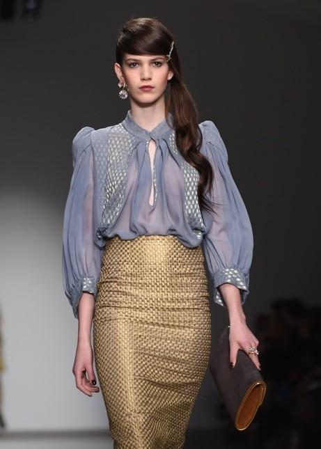 Longuette color oro e blusa glicine con scollo Bora Aksu