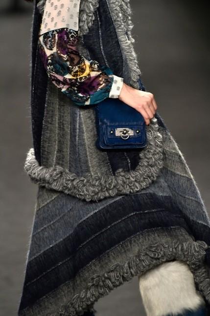 Anna Sui giacca lunga e borsa a tracolla