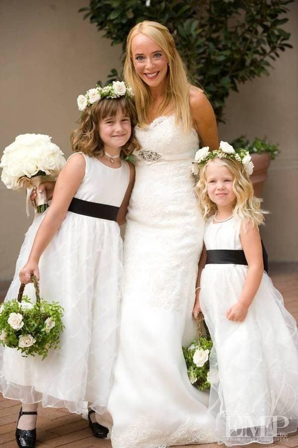 flower girls con porta petali dai colori bianco e verde