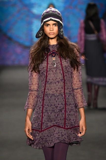 Anna Sui abito sulle tinte viola con trasparenze