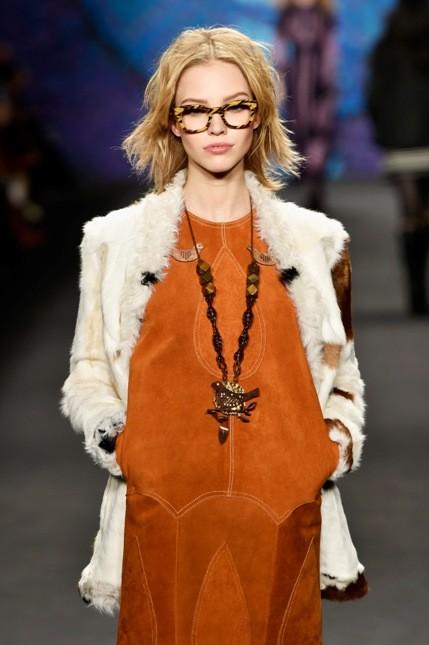 Anna Sui minidress indossato con pelliccia e occhiali oversize
