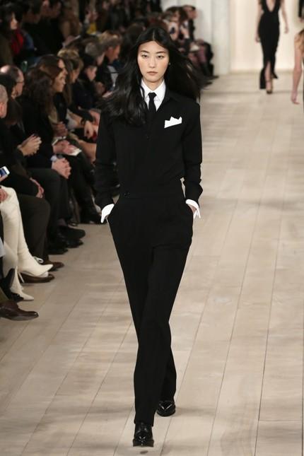 Giacca e pantalone stile mannish con fazzoletto da taschino