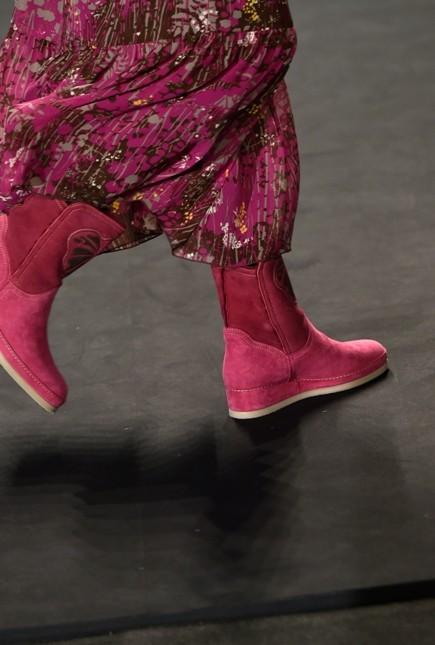 Stivali rosa indossati con lungo abito tono su tono