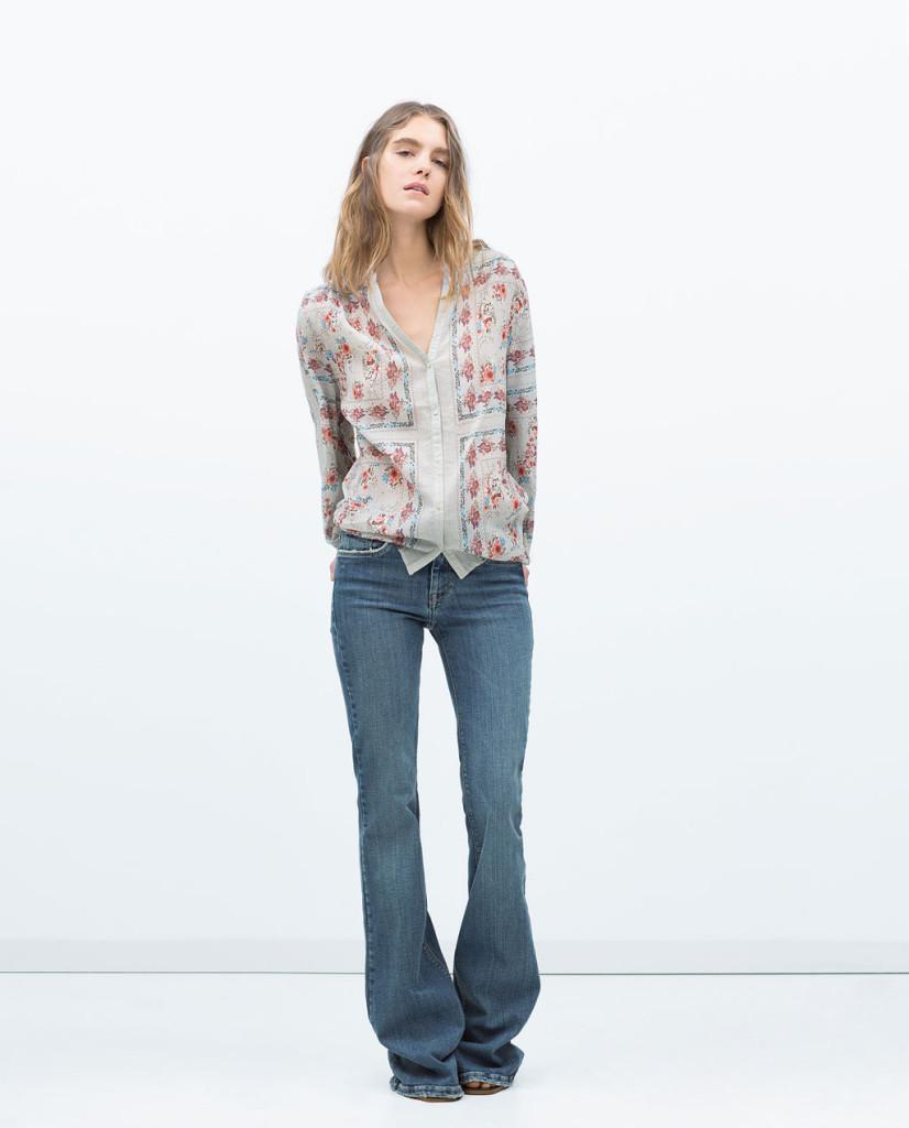 Jeans e camicia in chiffon dalla stampa floreale
