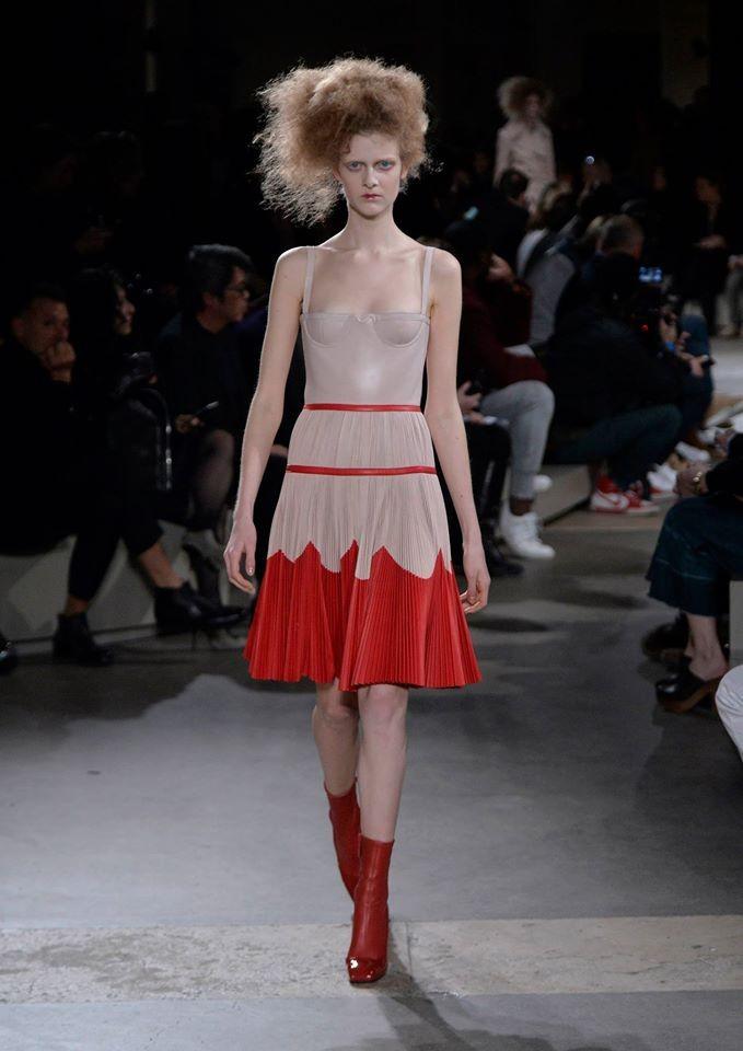 Sexy in rosso e beige da Alexander McQueen