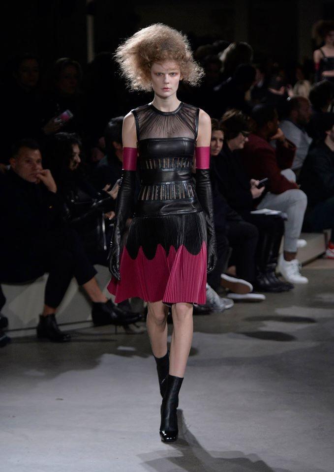 Pelle nera per il look in passerella da Alexander McQueen, che gioca con la sensualità senza esagerare