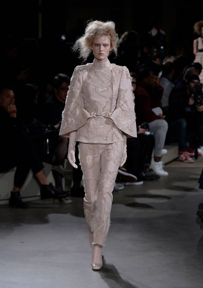 Crema e incrostazioni tono su tono sulla passerella di Alexander McQueen