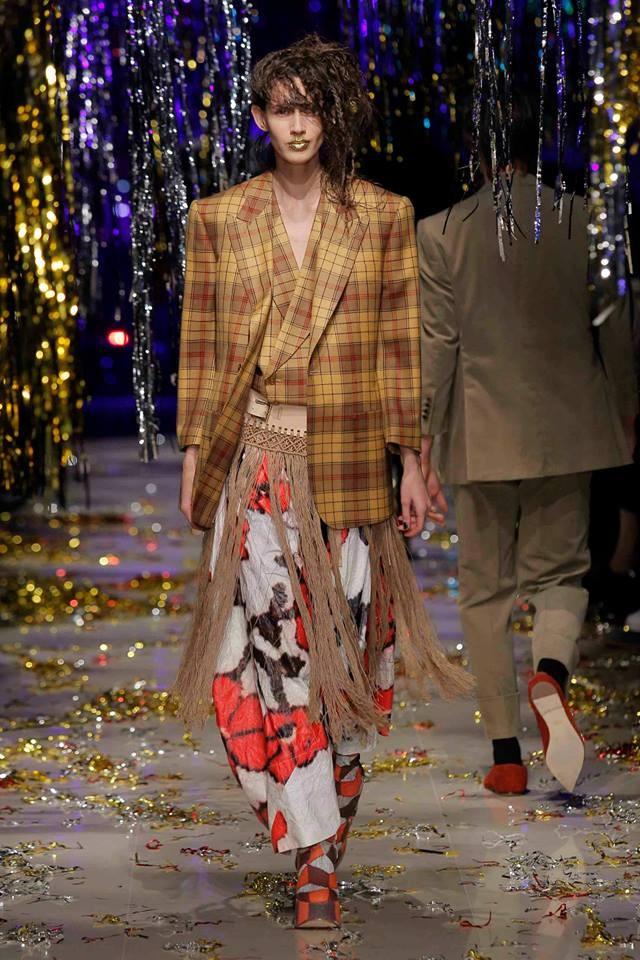 Giacca tartan con spalle oversized su pantaloni fluidi con stampa a fiori