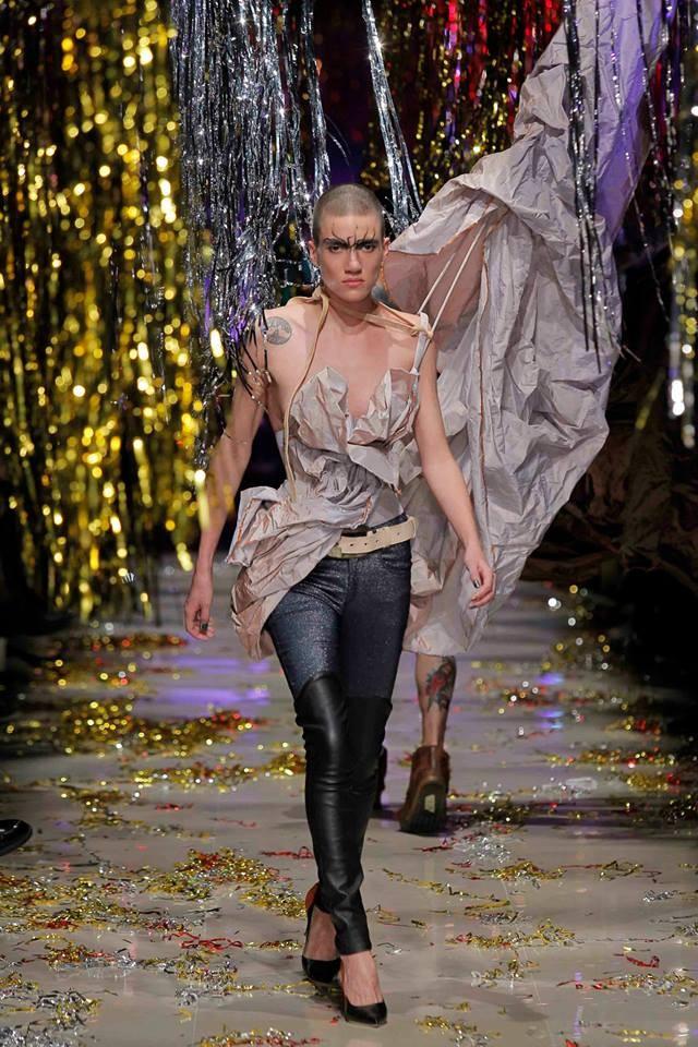 Denim, pelle e volumi costruiti per la collezione Vivienne Westwood FW 2015-2016