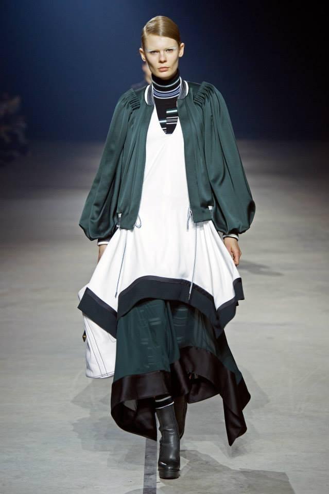 Bianco, nero e green per l'outfit composto da sovrapposizioni