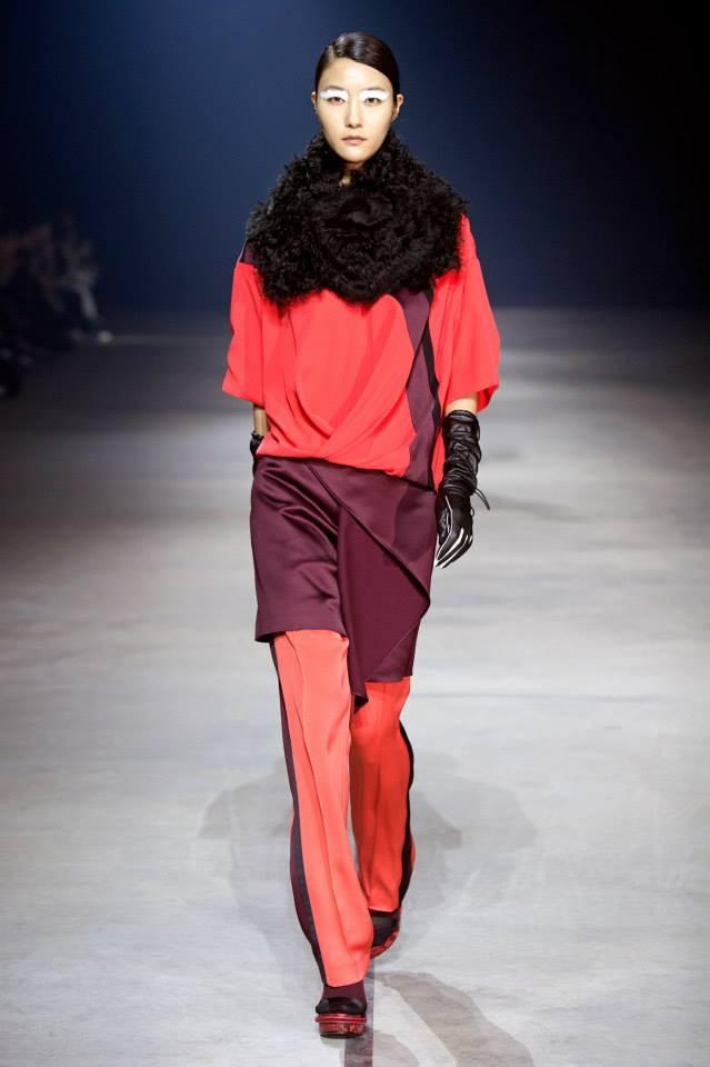 Colori caldi per il look con collo in pelliccia