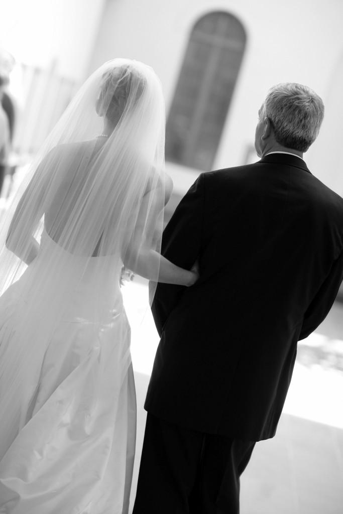 il papà accompagna all'altare la figlia