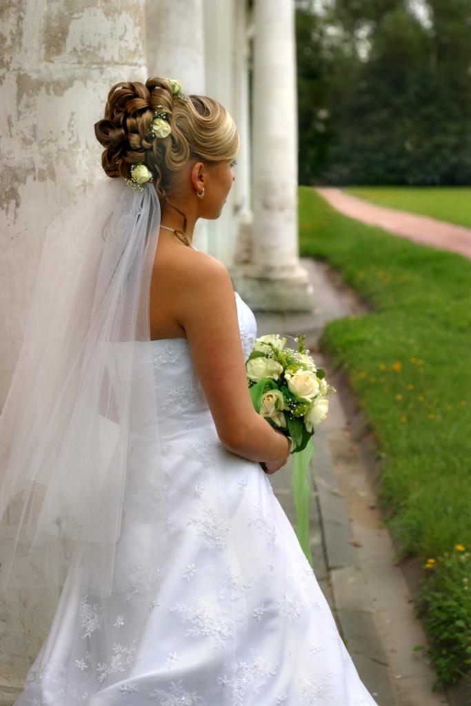 velo e fiori per un'acconciatura molto elegante