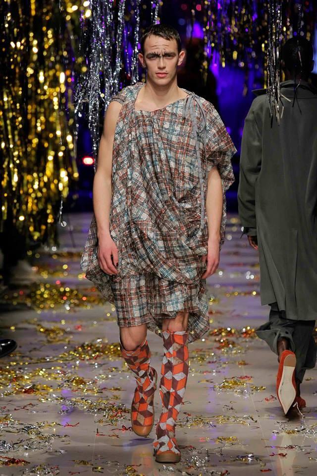 Tartan protagonista da Vivienne Westwood, dove gli uomini si vestono da donne