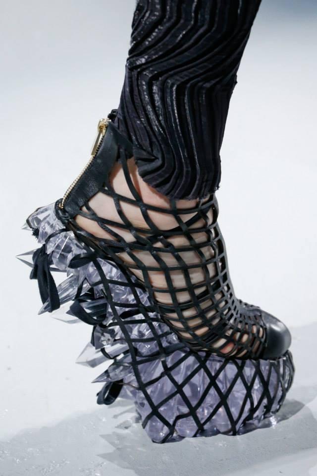 Focus sulle calzature in passerella, vere e proprie opere d'arte dedicate a fashionste con buon senso dell'equilibrio