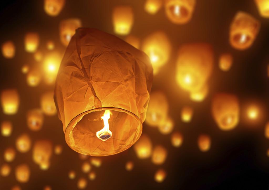 lancio nel cielo notturno delle lanterne cinesi volanti