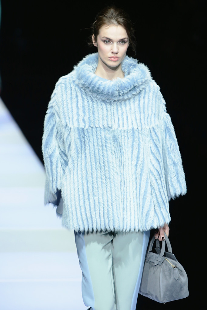 Volumi over per il maglioncino azzurro, Giorgio Armani