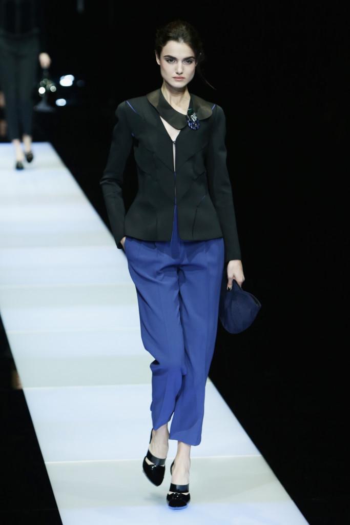 Con dei pantaloni in questa nuance di bluette, è impossibile passare inossevate