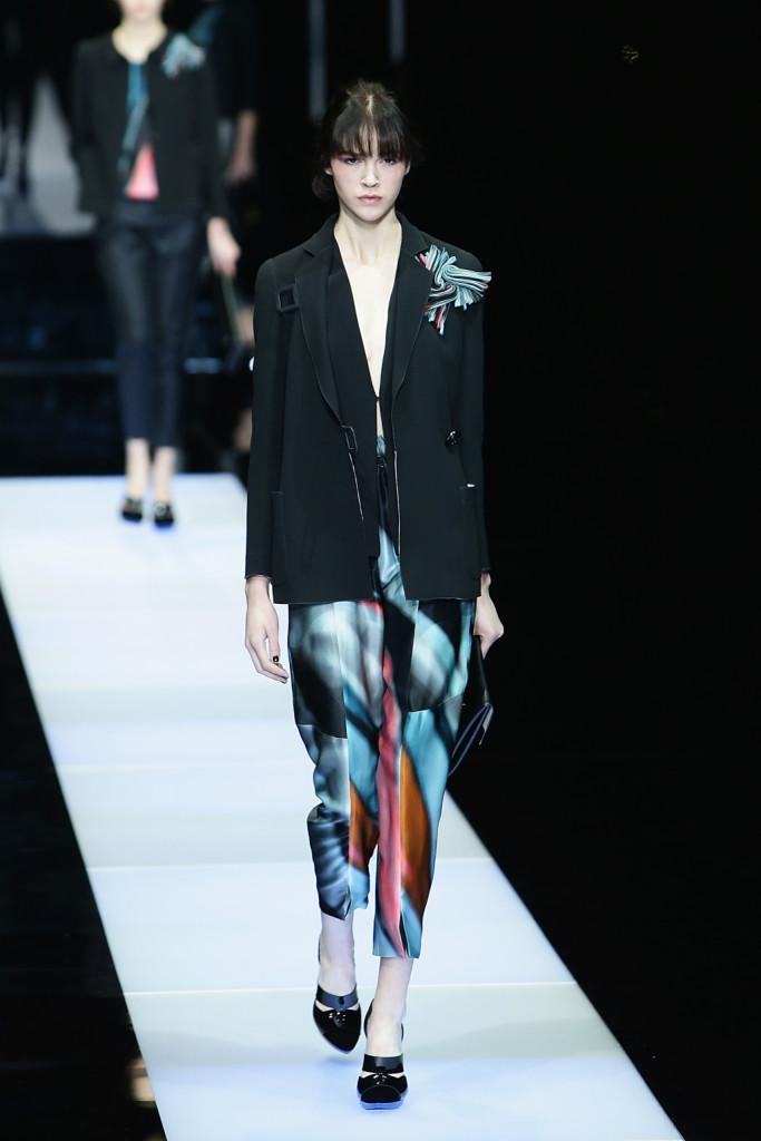 I pants sfumati ritrovano l'equilibrio con la classica giacca nera