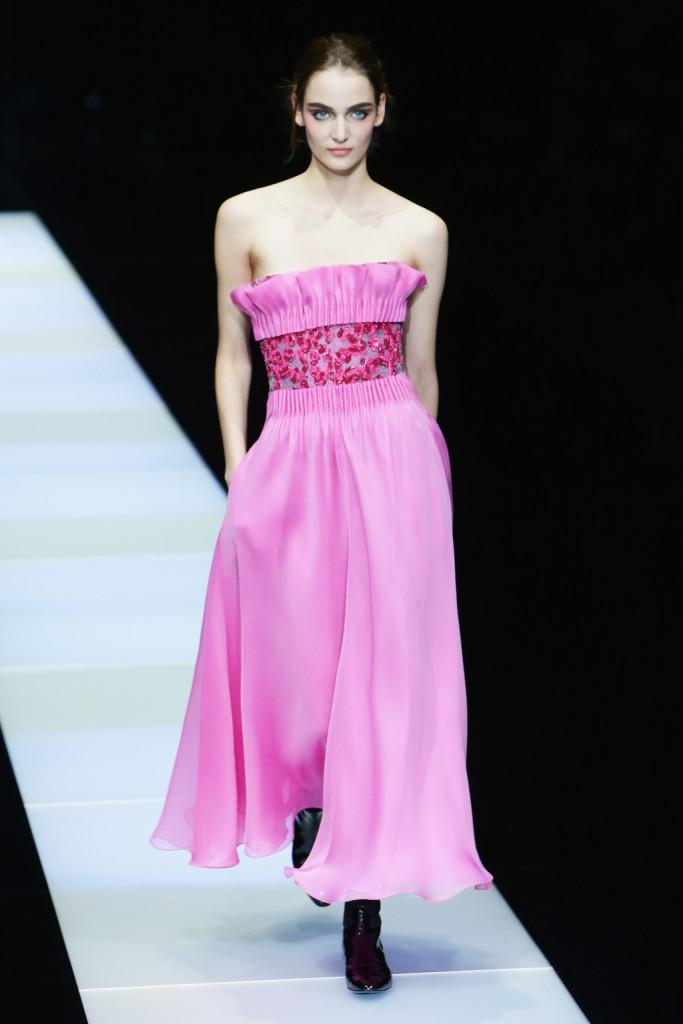 E' tutto rosa e principesco, l'abito sulla passerella di Giorgio Armani che sembra uscito da una fiaba