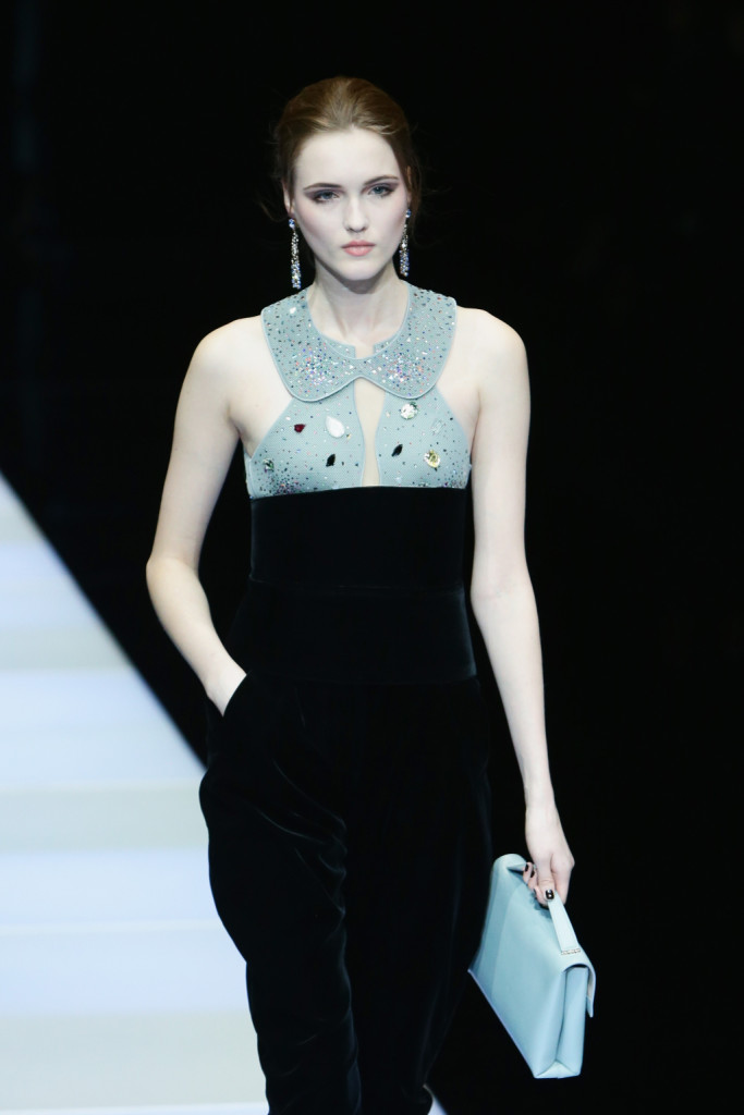 Linee morbide e colletto stondato per il dress bicolore
