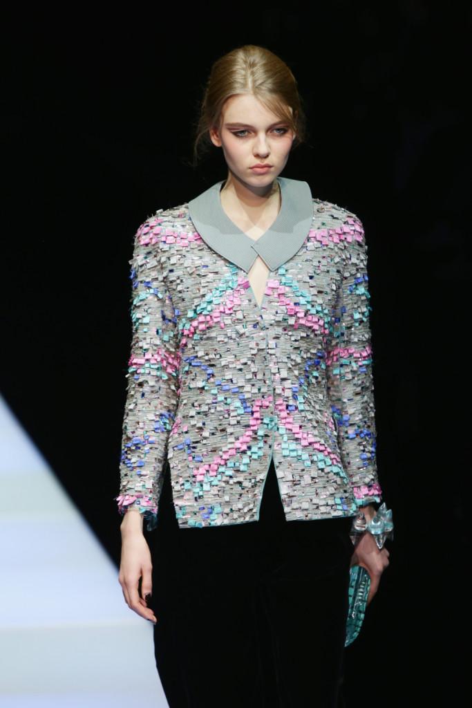 Mille colori per la giacca composta da tante minuscole applicazioni