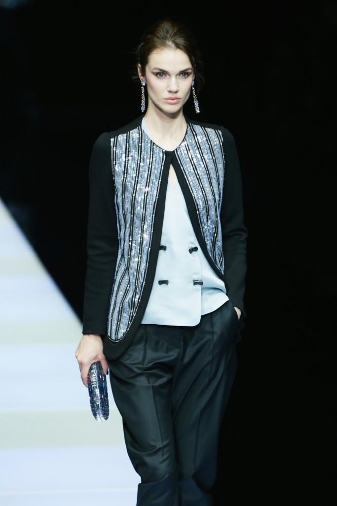 Paillettes e azzurro chiarissimo per l'abbinamento giacca e gilet