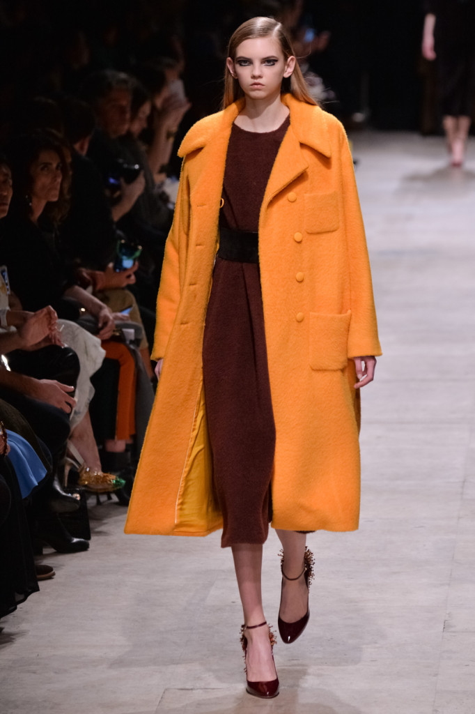 Per Rochas il cappotto è oversized e arancio