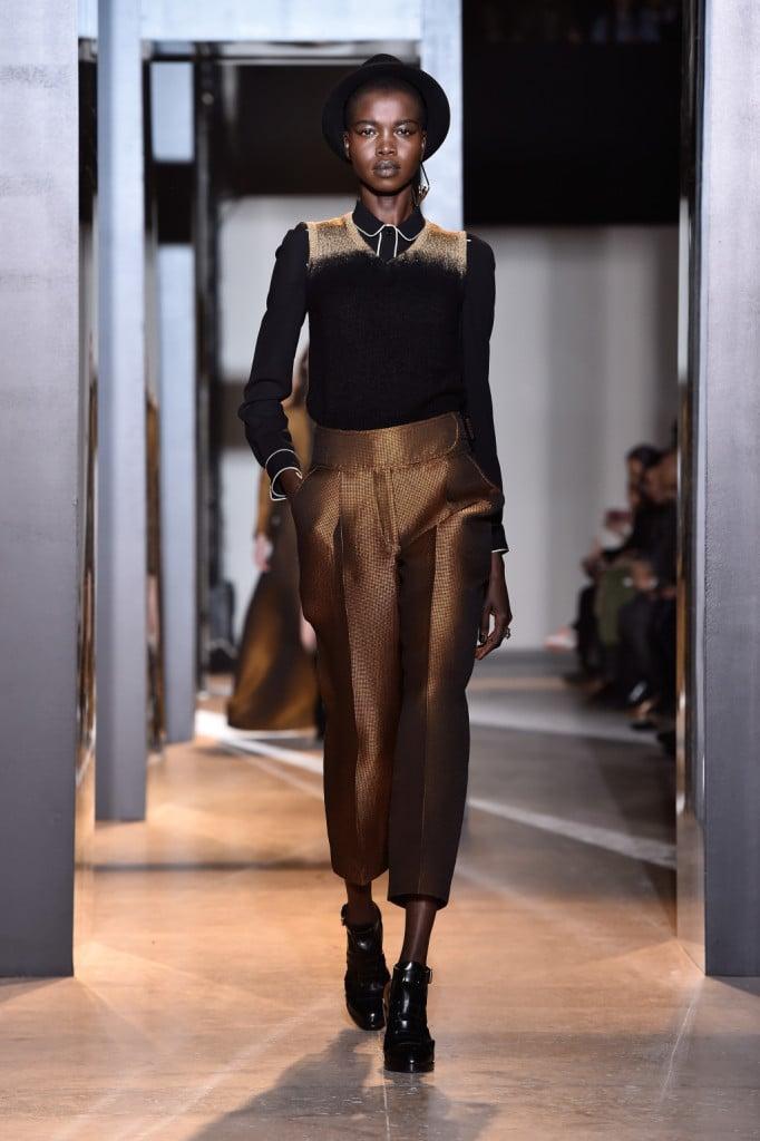 Riflessi oro per i pantaloni culottes sulla passerella di John Galliano