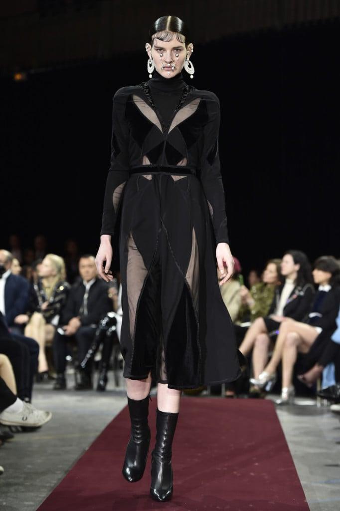 Trasparenze audaci in nero sulla passerella Givenchy