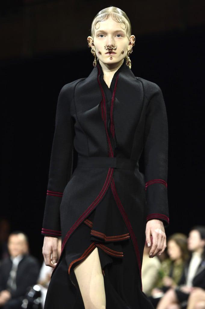 Profili in rosso per l'abito dal sapore vittoriano, Givenchy