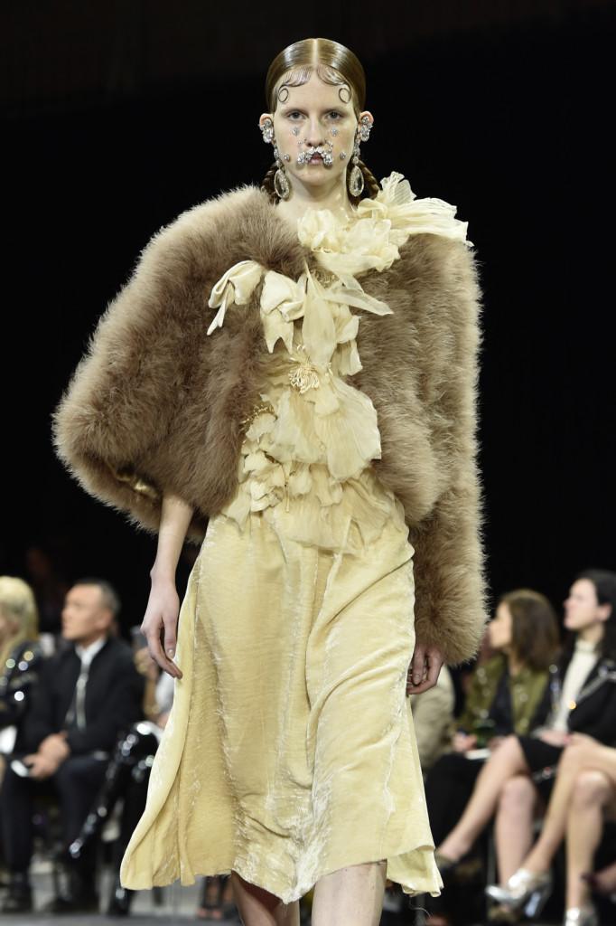 Una morbida pelliccia candida interrompe il nero quasi onnipresente sulla passerella Givenchy
