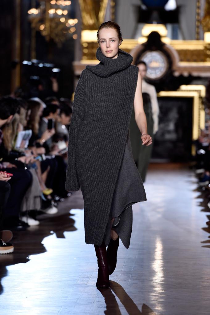 Maglione-abito-cappa: è multitasking la proposta Stella McCartney