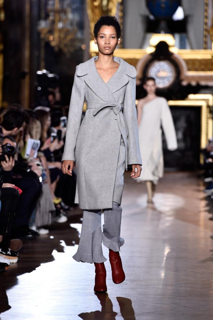 L'indiscutibile eleganza del grigio vive in questo outfit