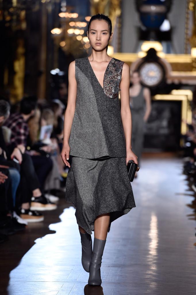 Stella McCartney celebra una moda comoda e indossabile con look come questo composto da top e gonna dal fit ampio